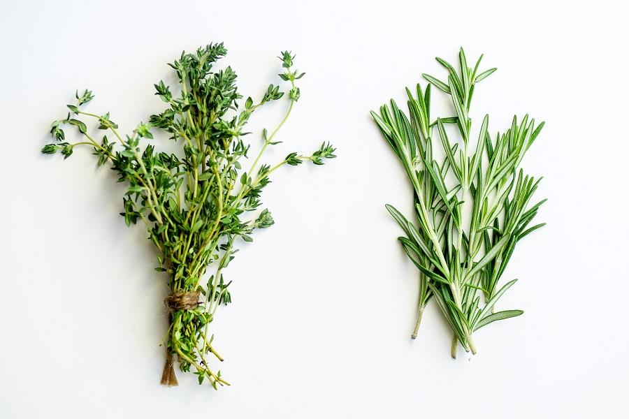 Añadimos un puñadito de hierbas frescas
