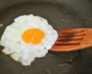 Servimos el arroz junto al huevo frito