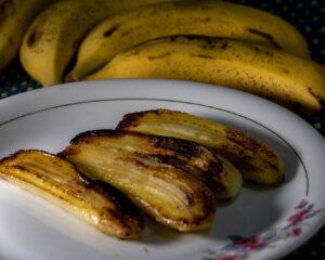 Pelamos los plátanos y sofreímos en una sartén