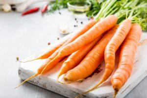 Lavamos, pelamos y cortamos las zanahorias