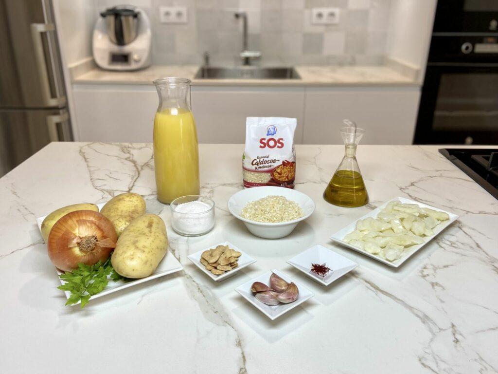 Reunimos todos los ingredientes para hacer Arroz Caldoso con Bacalao y Patatas