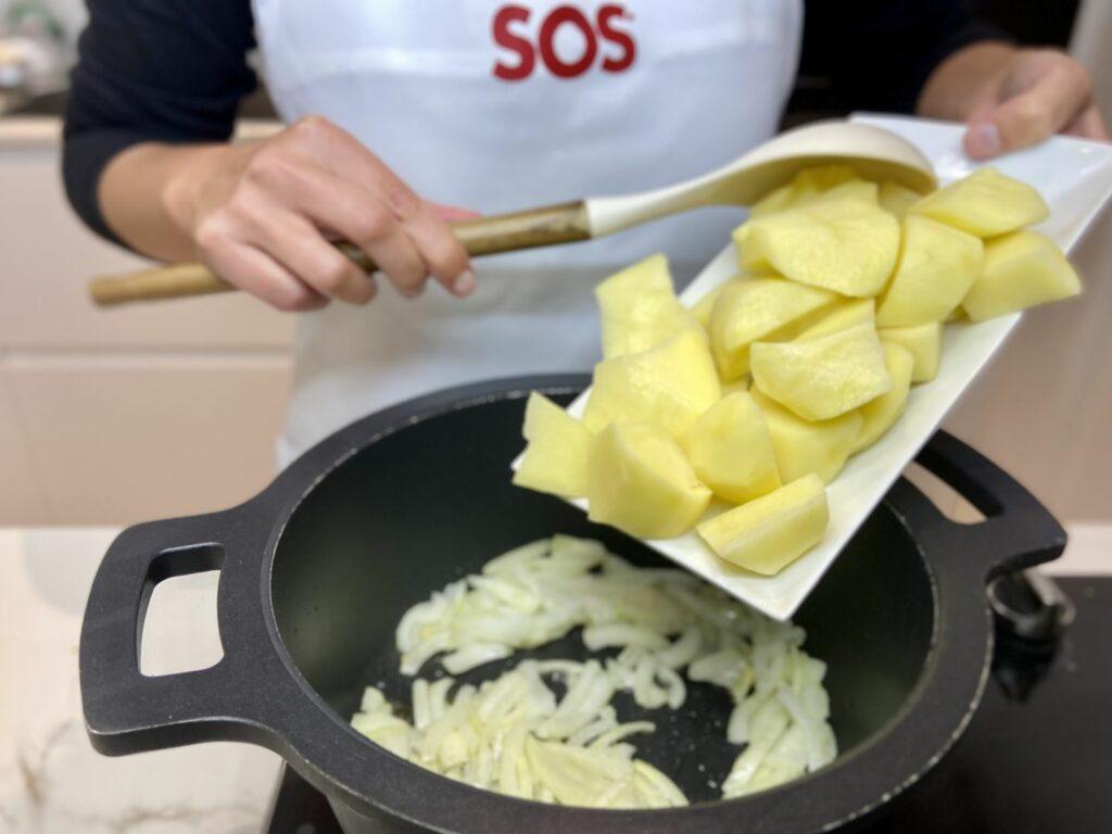 Añadimos las patatas peladas y rotas