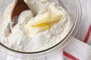 En un bol ponemos la mantequilla junto con la harina