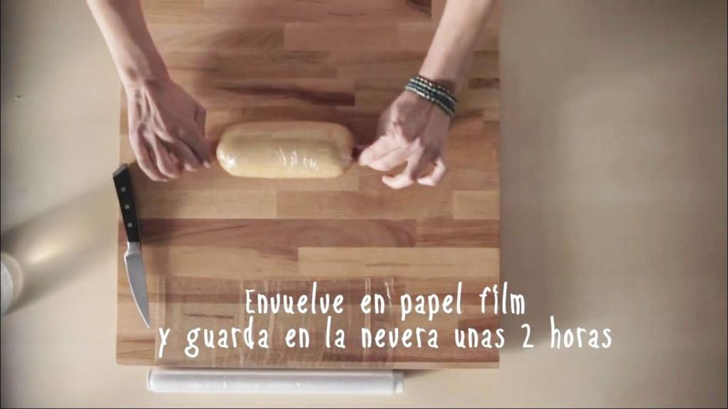 Envuelve la masa en papel film y guárdalo en la nevera 2 horas