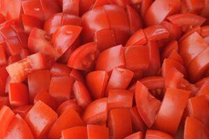Escaldamos y cortamos los tomates
