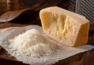 Mezclamos el queso parmesano con el resto de ingredientes de la salsa