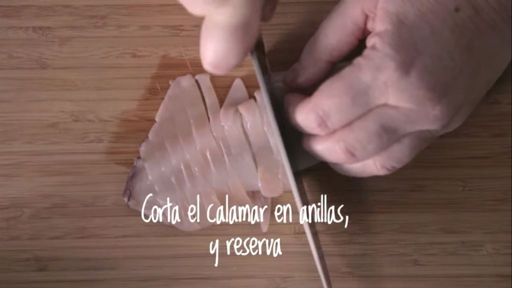 Corta el calamar en anillas y reserva