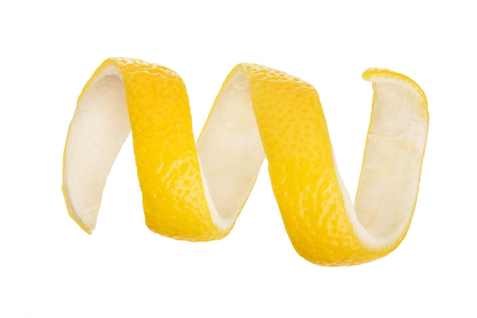 Retiramos la cáscara del limón