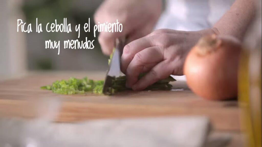 Pica la cebolla y el pimiento muy menudos
