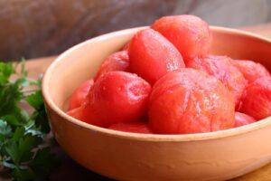 Cortamos el tomate en cubitos