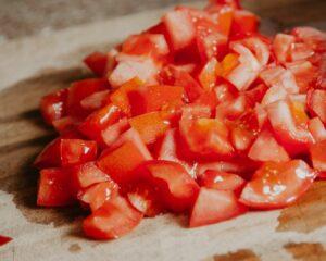 Añadimos los tomates cortados en trozos gruesos