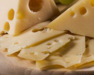 Añadimos el queso cortado en cubos