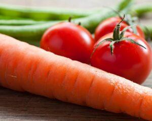 Limpiamos y pelamos las zanahorias