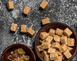 Añadimos el azúcar moreno a la mezcla