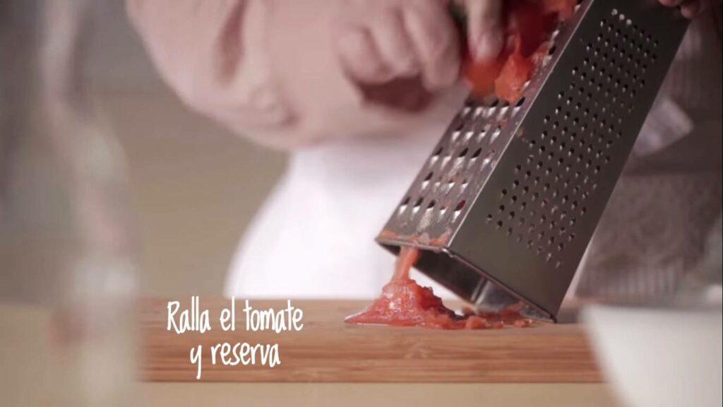 Ralla el tomate y reserva
