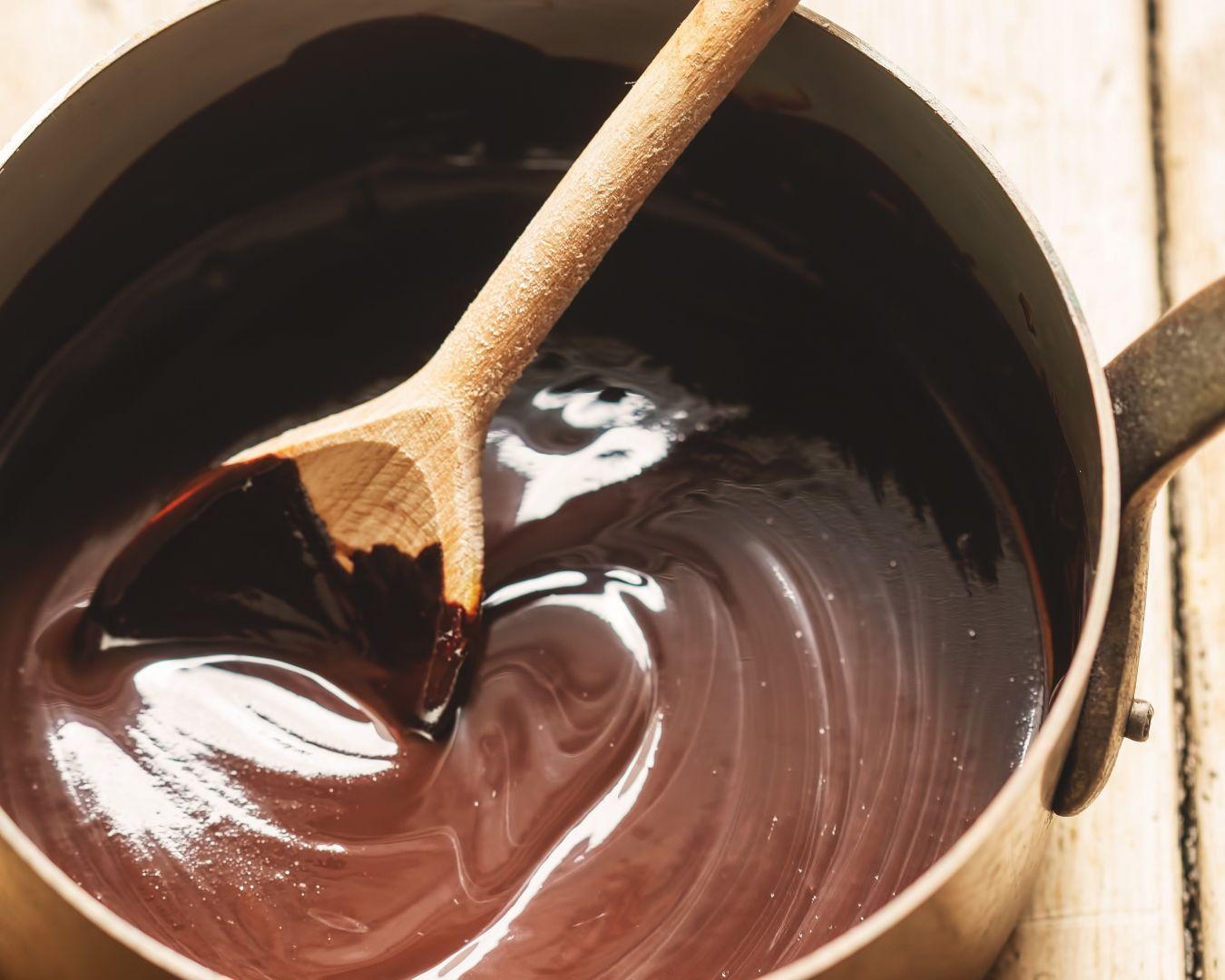 Servimos con la salsa de chocolate