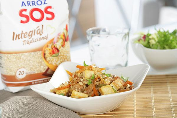 Wok de arroz integral con tofu y verduras.