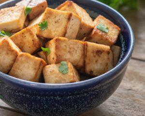 Añadimos el tofu cortado en dados