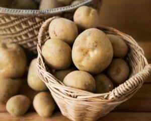 Lavamos y cortamos en cubos las patatas