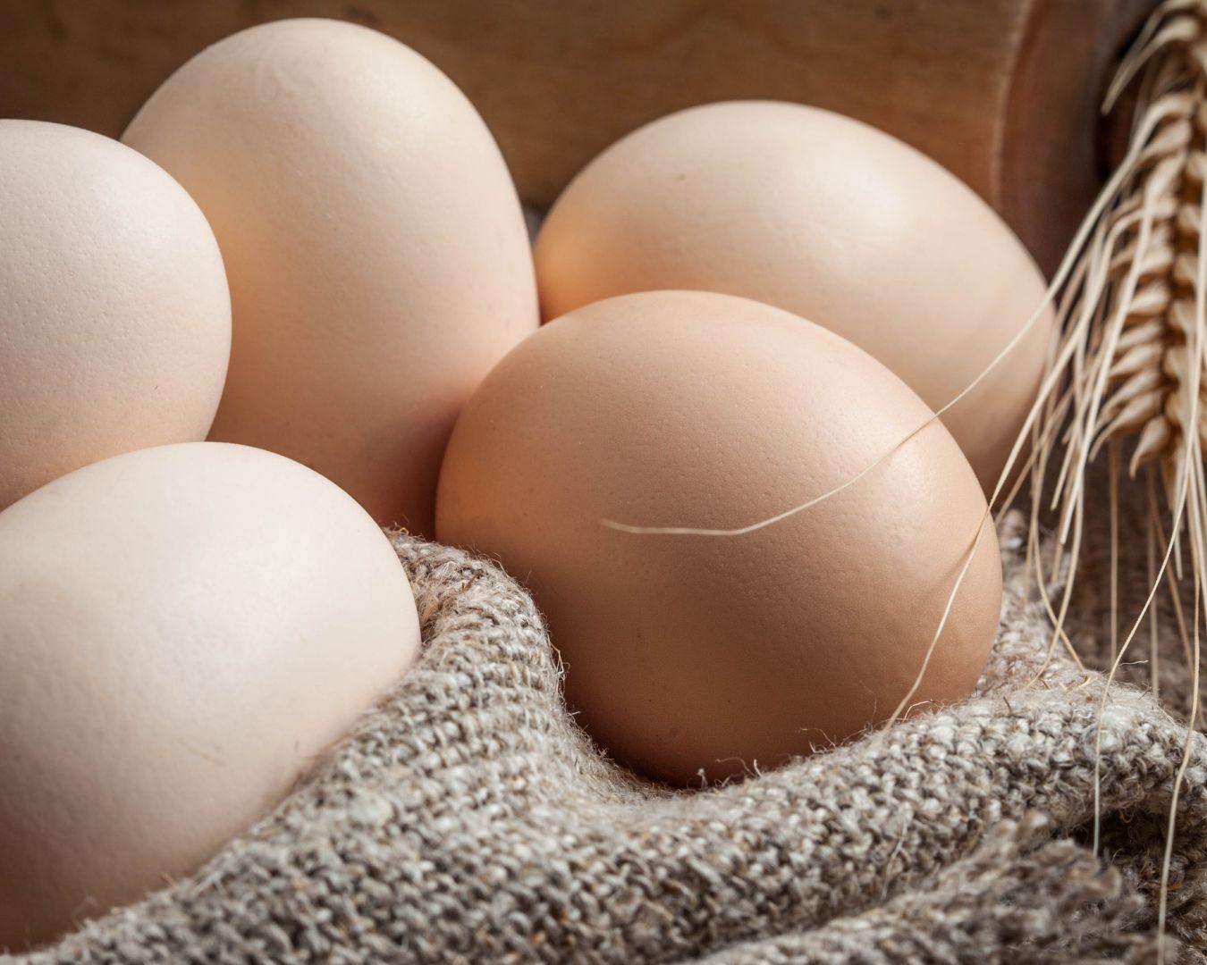 Cocemos los huevos en un cazo de agua