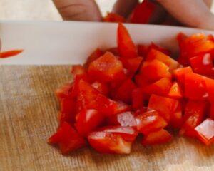 Cortamos los pimientos rojos
