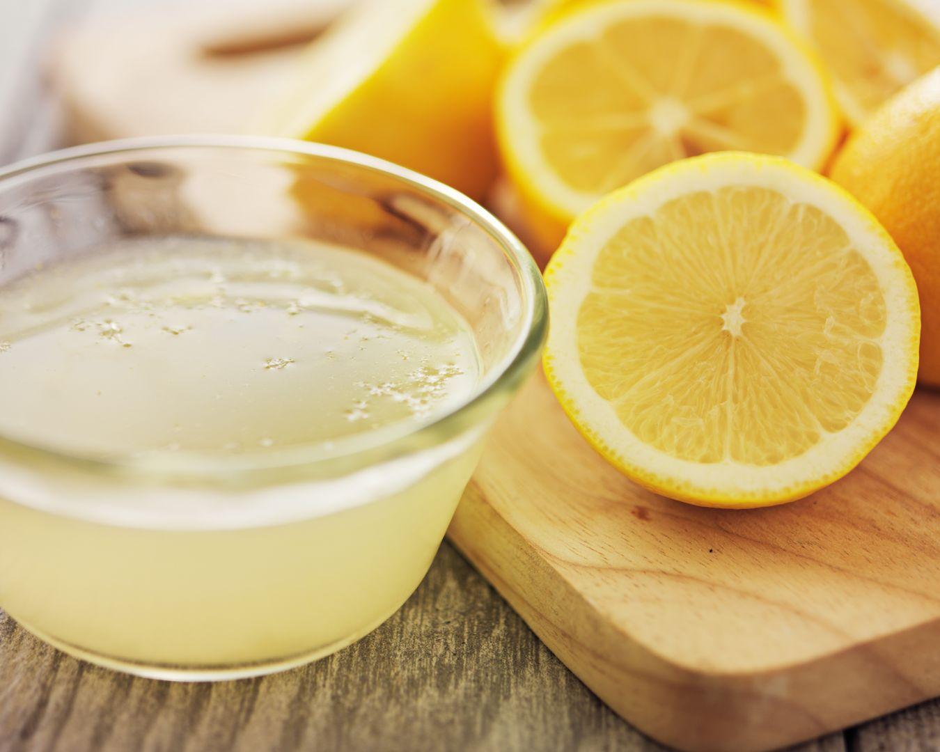 Mezclamos el zumo de limón y el aceite hasta que se integren