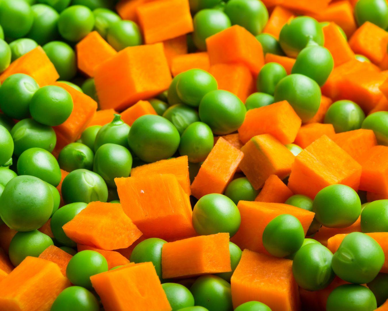 Rehogamos los guisantes y las zanahorias en una sartén