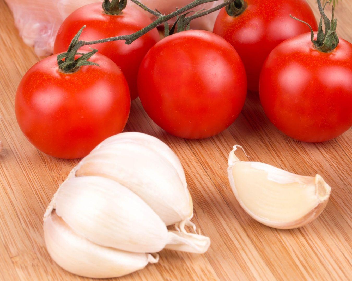 ajos y tomate en rama