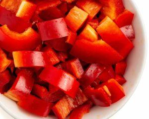Lavamos y cortamos los pimientos rojos