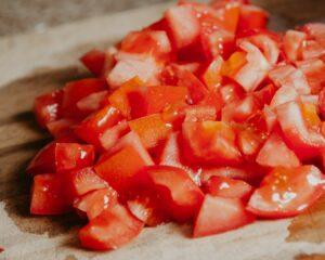 Lavamos y cortamos los tomates
