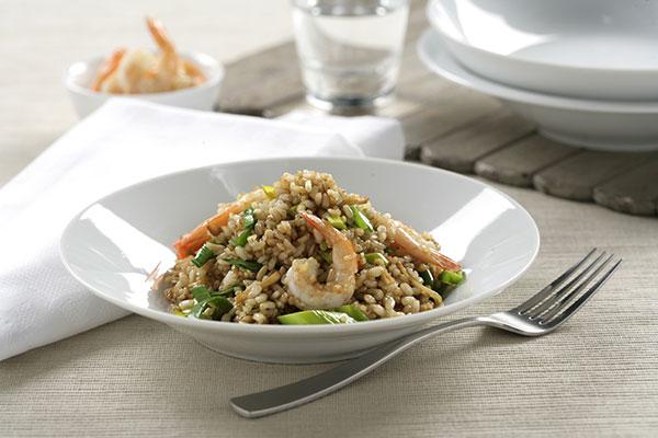 Wok de arroz integral con quinoa, verduras y langostinos