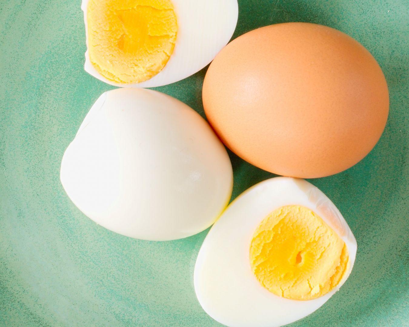 Servimos los huevos cocidos sobre la cazuela