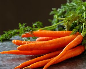 Lavamos y cortamos la zanahoria