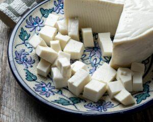 Añadimos queso fresco desmenuzado