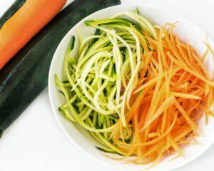 Cortamos la zanahoria y el calabacín