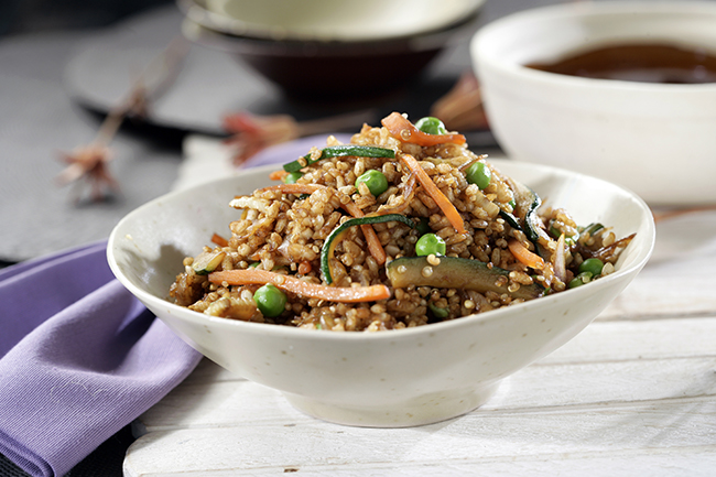 Salteado de arroz integral con quinoa, hinojo y zanahoria