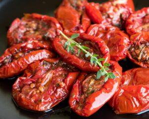 Troceamos los tomates escurridos en aceite