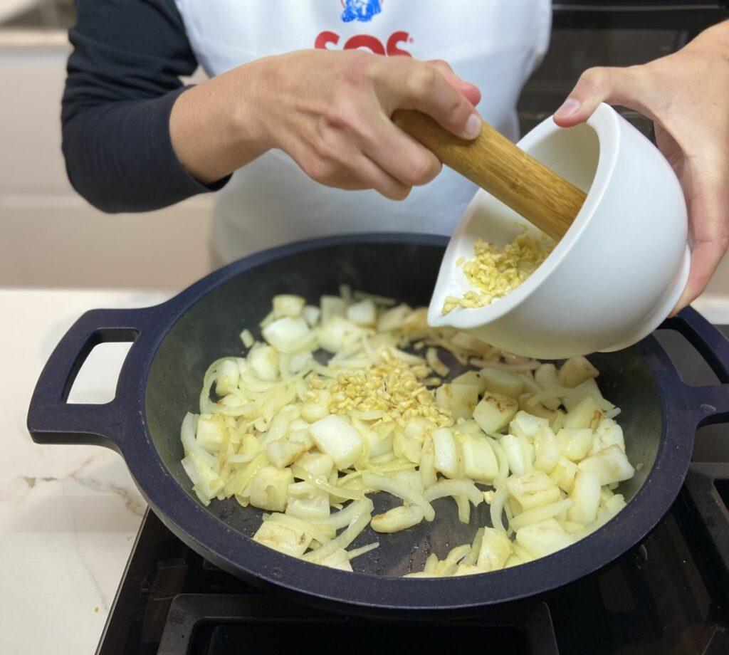 Machacamos las almendras junto con los ajos pelados y las briznas de azafrán tostadas