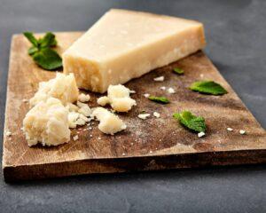 cuña de queso parmesano