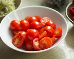 tomates cherry cortados