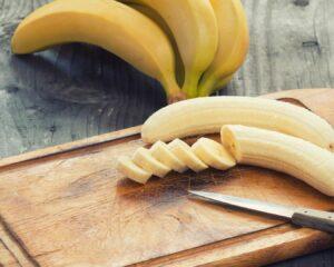 cortamos el plátano a rodajas