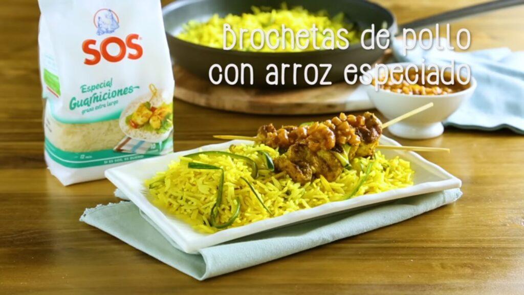 Brochetas de pollo con arroz especiado