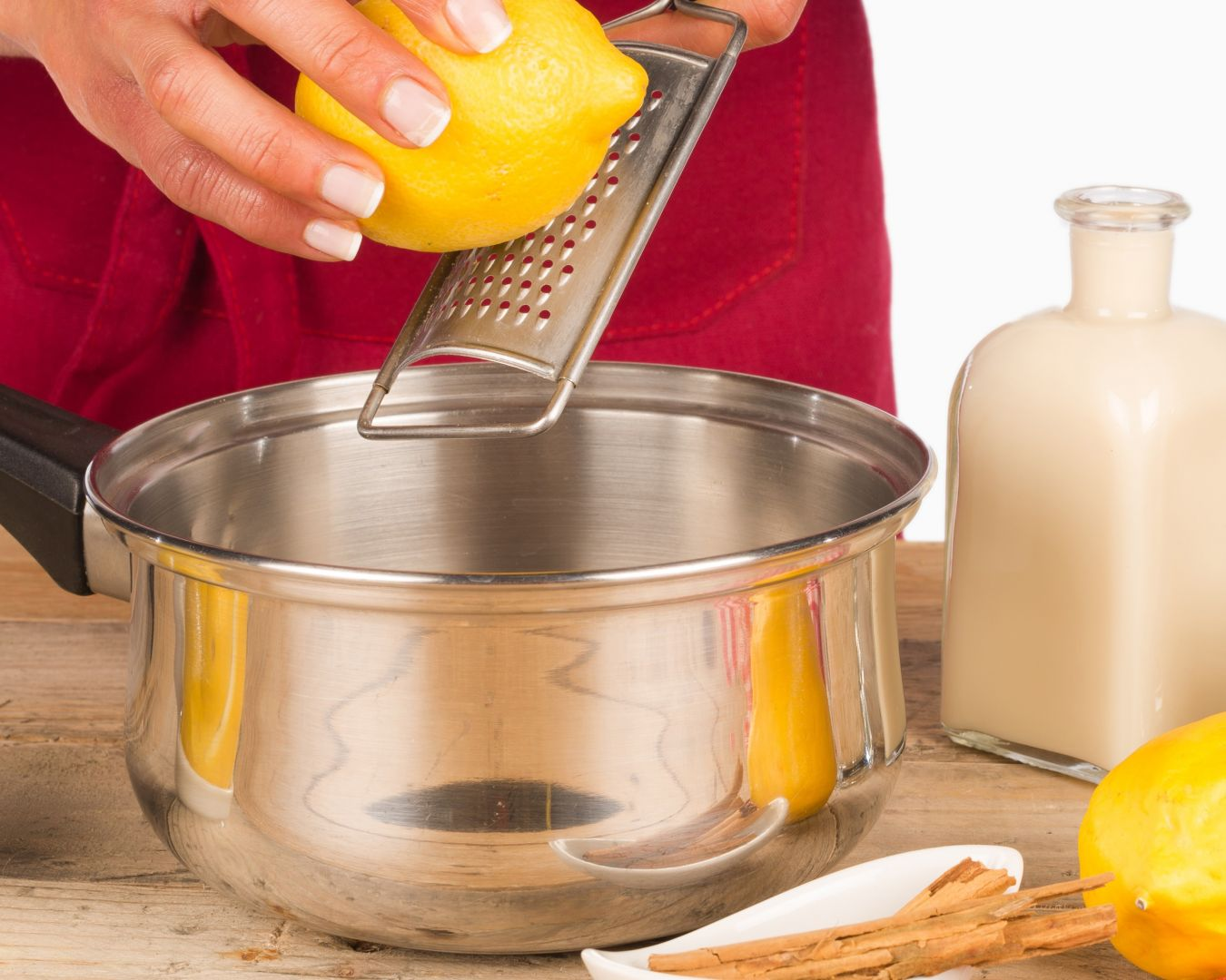 Pondremos a cocer la leche, la piel de limón y la rama de canela