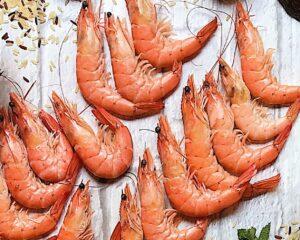 langostinos para Piña rellena de ensalada de arroz y marisco por Laura Ponts