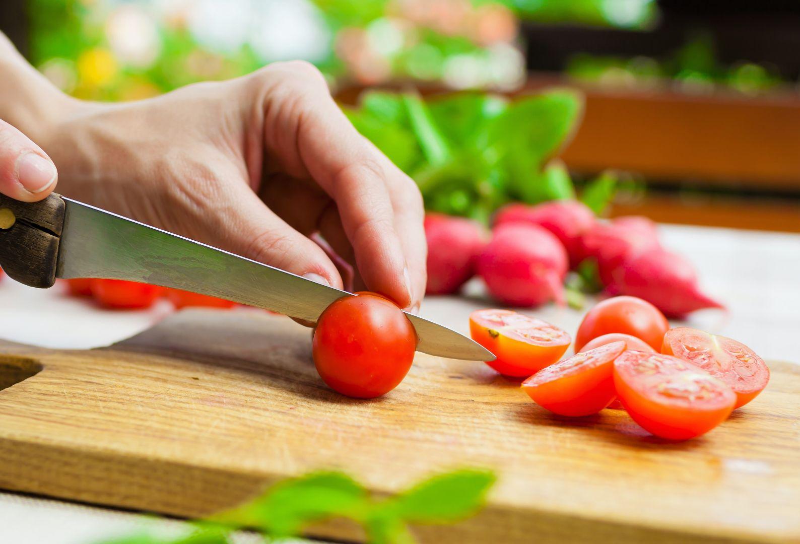 Cortamos los tomates en trozos pequeños
