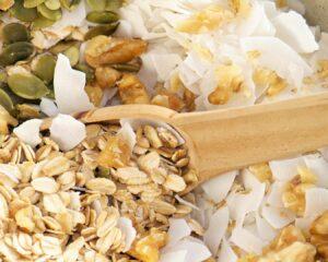 copos de avena, semillas de calabaza y coco rallado para decorar