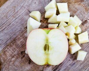 media manzana cortada en cubos