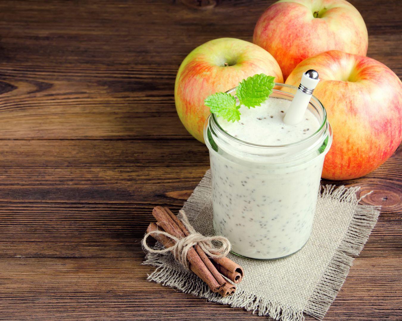 vaso de leche con chía y manzanas