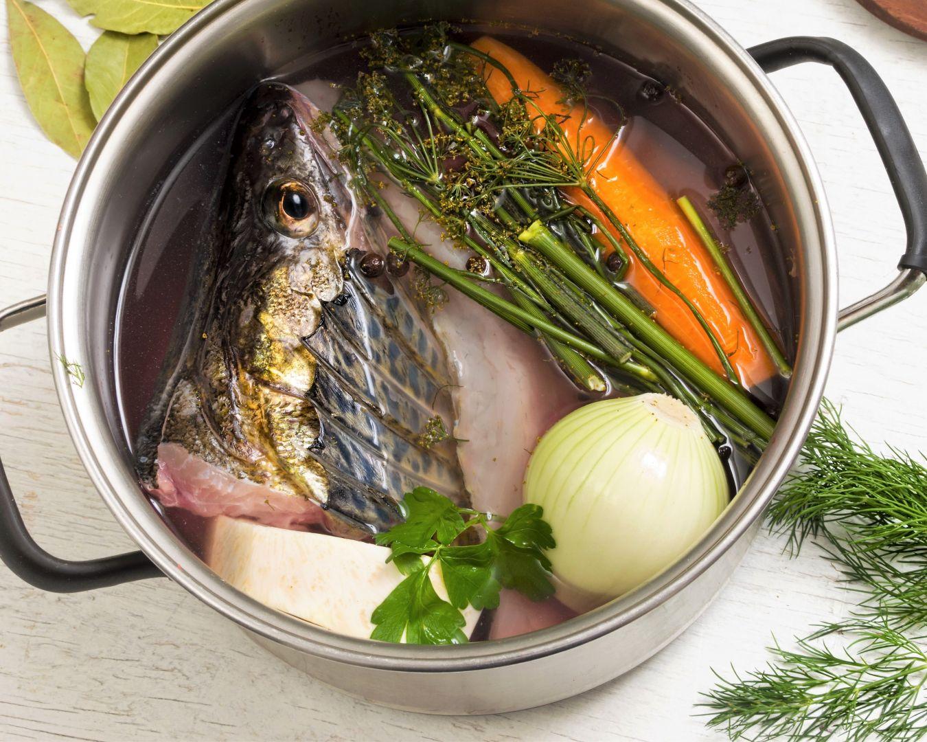 Comenzaremos haciendo el caldo de pescado