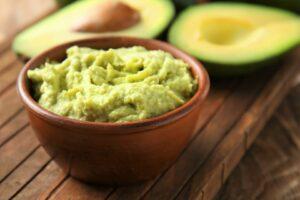bol de guacamole y aguacates